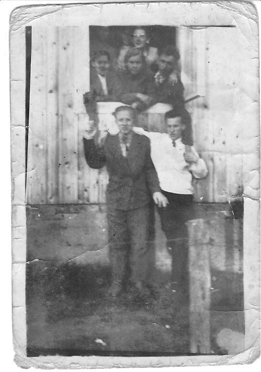 Rok 1957 lub 1958 zdjęcie w oknie biblioteki  od strony ówczesnej Przychodni Zdrowia  Brud Stanisław – bibliotekarz pierwszy z prawej