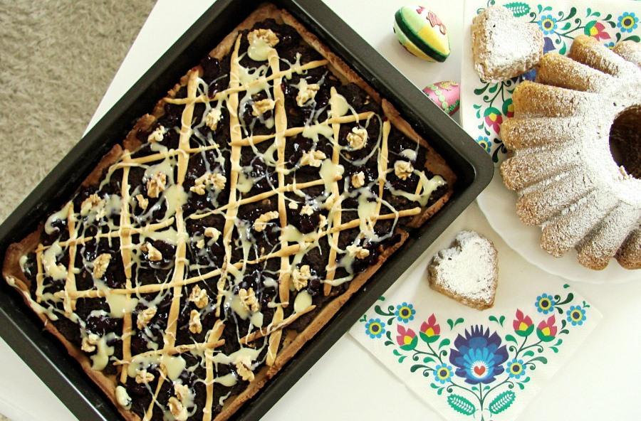 Mazurek makowy z białą czekoladą i orzechami